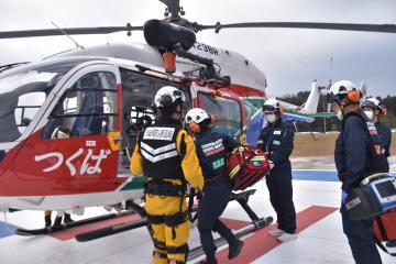 飛行訓練で防災ヘリに乗り込む医師ら=土浦市おおつ野の土浦協同病院
