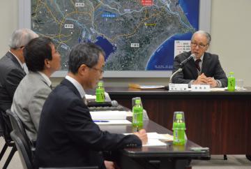 那珂川取水口の魚類迷入防止対策について議論する検討委員会=水戸市渡里町