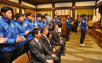 必勝を祈願するJ2水戸ホーリーホックの監督や選手ら=水戸市常磐町の常磐神社