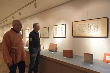 閉廊前最後の企画展を開催中のギャラリー加古の代表、菅野政司さん(右)と陶芸家の柴田宗休さん=水戸市河和田