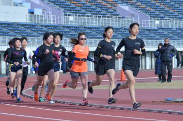 本番に向け練習を重ねる選手ら=笠松運動公園陸上競技場