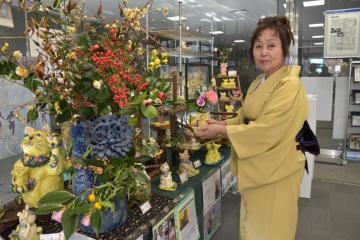 色彩豊かな作品が並ぶ羽鳥定子さんの展覧会=水戸市南町
