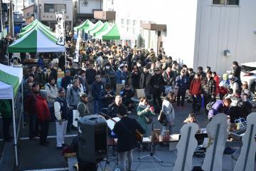 県内外から多くのファンが詰め掛けたガルパンのキャラクターの誕生会=大洗町磯浜町
