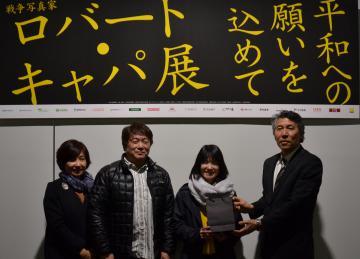 1000人目の入場者となり、記念品を贈られる浦口栞さん(右から2人目)ら家族=土浦市大和町