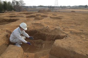 ほぼ完全な形の土器が出土した、台地の先端にある炉穴=つくば市の下河原崎谷中台遺跡