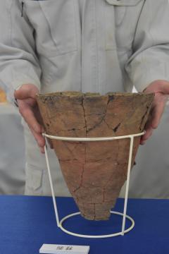 ほぼ完全な形で見つかった縄文時代早期の土器