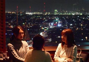 鹿島セントラルホテルの15階からは鹿島臨海工業地帯の夜景が一望できる=16日、神栖市大野原、菊地克仁撮影