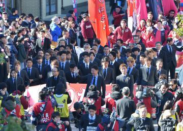 大勢のサポーターが詰め掛けたJ1鹿島の優勝パレード=19日午前10時34分、鹿嶋市宮中、高松美鈴撮影