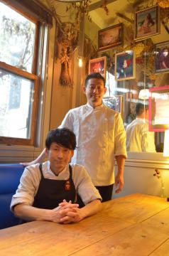 独特な内装の店内。左から兄・猪瀬文俊さん、弟・林武人さん=筑西市伊佐山