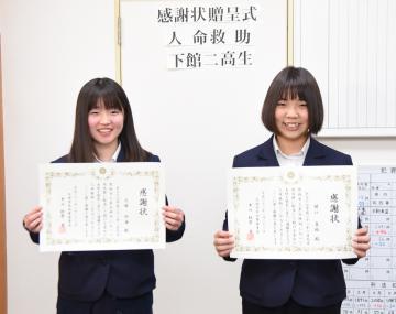 筑西警察署から感謝状を贈呈された大塚玲海さんと関口真絵さん(左から)=筑西市直井