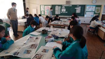 新聞の仕組みを学ぶ5、6年生=石岡市立高浜小