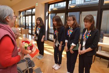 施設利用者から歓迎を受けるベトナム人の介護技能実習生の4人=水戸市見川町