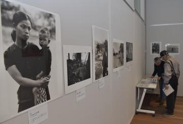 ベトナム戦争の報道写真を集めた石川文洋さんの作品展=土浦市大和町