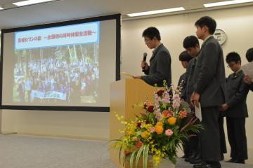 ホタル再生プロジェクトを紹介する水戸英宏小中学校の生徒=水戸市笠原町