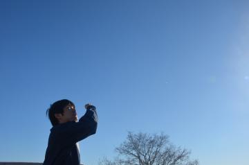 1日午前8時50分ごろ、最後の定時目視観測を行う水戸地方気象台の職員。同日正午で目視観測は全て終了した=水戸市金町