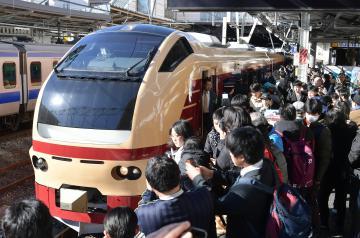 国鉄カラーで復活したE653系車両。多くの鉄道ファンが詰め掛けた=2日午前9時53分JR水戸駅、菊地克仁撮影