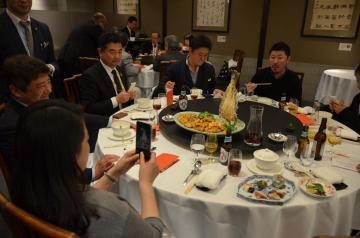 茨城県産食材を味わう参加者=東京・銀座
