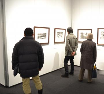 連日多くの市民が鑑賞に訪れているロバート・キャパ展=土浦市大和町