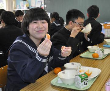 「蔵出しみかん」を食べる生徒たち=鹿嶋市木滝