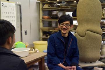 指導する陶芸作家で陶芸大学校特任教授、五味謙二さん=笠間市笠間