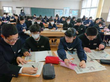 新聞の仕組みを学ぶ生徒たち=土浦市立土浦三中