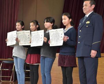 小松崎邦二署長(右)と感謝状を受け取った石川里音さん、小沼ももさん、妹尾葵さん、辻本陽香さん(左から)=守谷市御所ケ丘