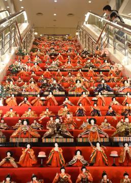鹿島セントラルホテルの階段に並んだひな人形=神栖市大野原