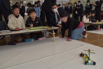ロボットを使って星座の動きを再現しようと試行錯誤する児童=古河市大和田