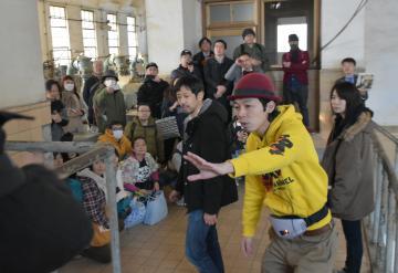 監督や俳優が撮影当時の説明を行ったロケ地ツアー=水戸市渡里町