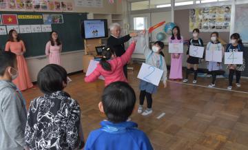 ベトナムの子どもたちが遊ぶゲームに挑戦する児童たち=鉾田市鹿田の市立旭西小