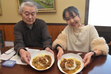 カレーの新商品を作った伊豫隅春乃さん(右)と西崎敏和さん=かすみがうら市中志筑