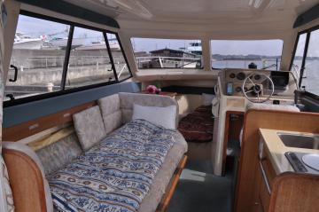 宿泊施設として利活用するモーターボートの船内=土浦市川口