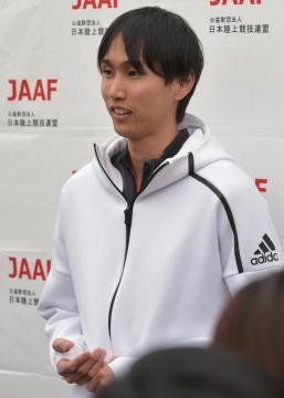 報道陣に囲まれてインタビューを受ける男子走り高跳びの戸辺直人=2月27日、東京・味の素ナショナルトレーニングセンター