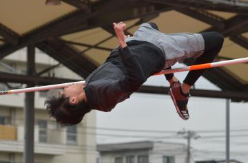跳躍の練習をする男子走り高跳びの戸辺直人=2月27日、東京・味の素ナショナルトレーニングセンター