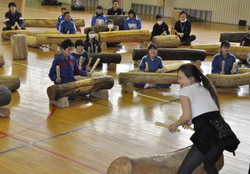 打楽器奏者の加藤訓子さん(手前)からログドラムの指導を受ける児童たち=鹿嶋市中の市立中野西小