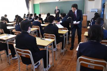 県立高入試で問題用紙の配布を待つ受験生=水戸市新荘の水戸商高