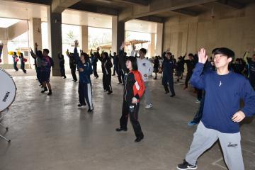 応援団の全体練習で動きを確認する運動部員の生徒ら=石岡市石岡