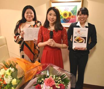 石岡一高に応援歌を贈った山本さん親子(左から裕子さん、恵莉子さん、真莉子さん)