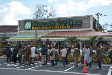 開店前から行列ができた「コナズ珈琲水戸店」=水戸市見川町