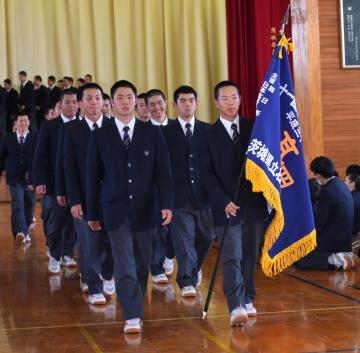 壮行会で全校生徒に送り出される県立石岡一高野球部員=8日午後、石岡市石岡の同校