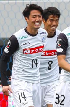 長崎-水戸 後半7分、ゴールを決めて笑顔を見せる水戸の清水(左)。右は前=トランスコスモススタジアム長崎