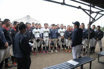 ベンチ入りメンバーの発表を前に川井監督の話に耳を傾ける石岡一ナイン=石岡一高グラウンド