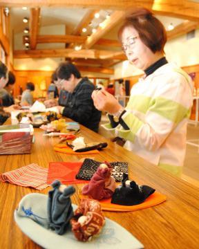 古布を使って、表情豊かな「豆雛作り」を楽しむ参加者たち=水戸市見川の偕楽園公園センター
