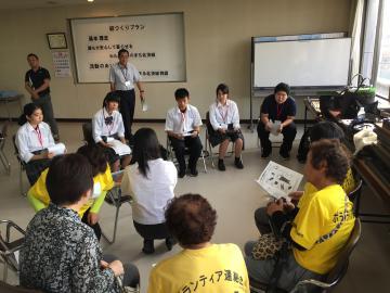 小学生ワークキャンプのために大人のボランティアと事前の研修を受ける生徒たち(県立磯原郷英高校提供)