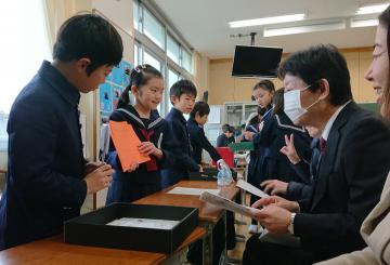 「黄門料理」をクイズ形式で保護者らに紹介する児童たち=水戸市三の丸の茨城大付属小