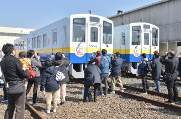 新型車両キハ5020形を撮影する参加者=常総市水海道高野町