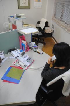 「茨城いのちの電話」の相談窓口。相談員の席が空席となり、夜間受けられない日が出ている