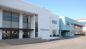 来年1月末で閉館する市民文化会館と下妻公民館(左から)=下妻市本城町