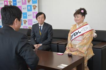 高橋靖市長(手前)を訪問した高尾義則会長(左)と水田かおりさん=水戸市中央