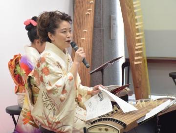 琴の演奏を披露しながら、幕末・明治の音楽について講演する大須賀佳緒里さん=水戸市南町